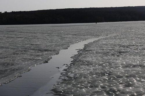 В Черниговке под лед провалился рыбак